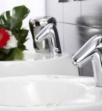 Как правильно выбрать смеситель для ванной: с одним рычагом, с двумя, с термостатом, бесконтактный, с душем, с разным типом излива, выдвижные смесители, по монтажу смесителя, самые надежные материалы для смесителей.