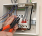 Regeln für die Installation von elektrischen Leitungen. Wie man die Verkabelung in der Wohnung macht: in der Küche, im Schlafzimmer, im Flur, im Zimmer.