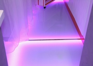 Стаклени подови со осветлување на води во внатрешноста на модерна куќа, направете го тоа сами
