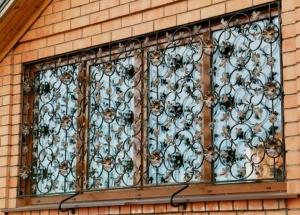 Решетки безопасности на окна: решетка-трубка, кованные решетки, сварные конструкции, обычные металлические решетки, раздвижные решетки своими руками, установка на окна.
