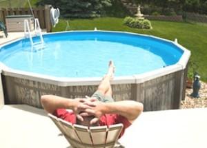 Une piscine à ossature sur l'intrigue, nous préparons une plateforme pour la piscine