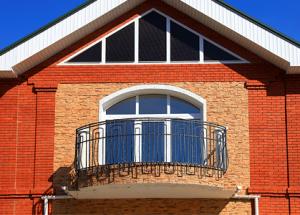 Дизайн балкона частного дома: стеклянный балкон, деревянный, металлическое ограждение, декор.