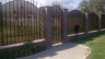 Polikarbonato privalumai ir trūkumai. Kalta tvora su polikarbonatu. Tvoros įrengimas iš polikarbonato: ženklinimas, tranšėjų kasimas, polių įrengimas, pamatų klojimas. Kaip dirbti su polikarbonatu.