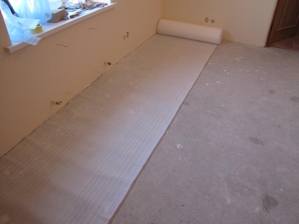 Ведь линолеум обойдется в несколько раз дешевле, чем покрытия из древесины или ткани.