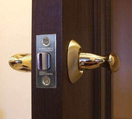 1302802095_ustanovka-zamka-mezhkomnatnoj-dveri