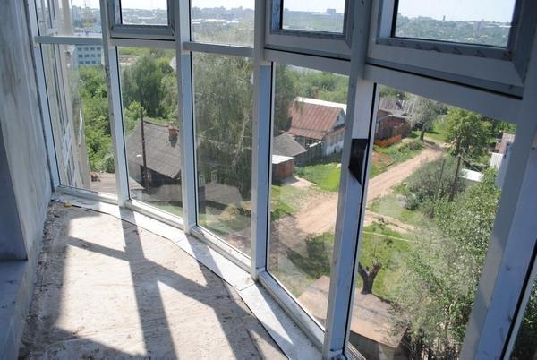 Как выполняется остекление балкона французскими окнами..