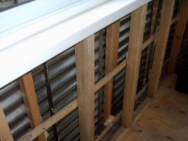 Обшивка балкона пластиковыми панелями на деревянном каркасе.