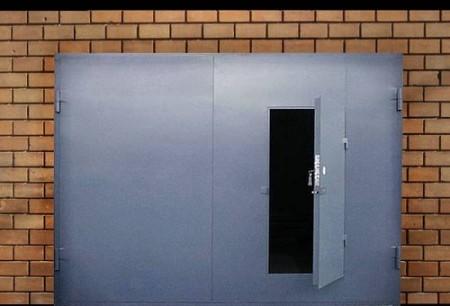 गेराज दरवाजे में दरवाजा