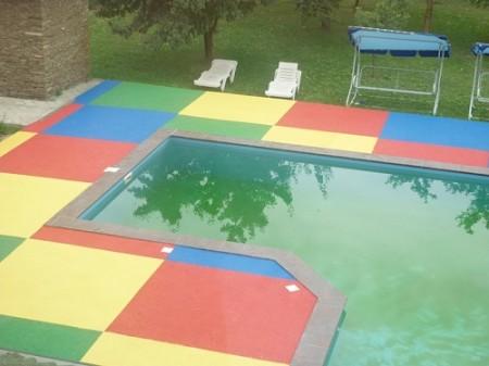 Резиновая плитка возле бассейна