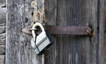 Moderan katanac na starim drvenim vratima