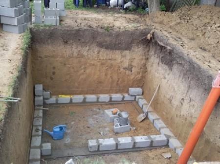 Кладка стен в погребе
