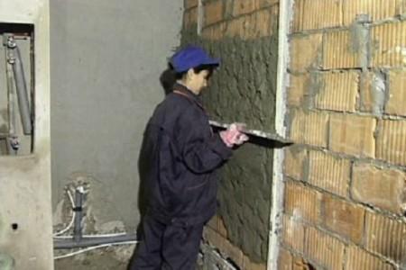 nivelliere die Wände unter der Fliese