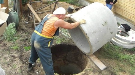 установка первого бетонного кольца