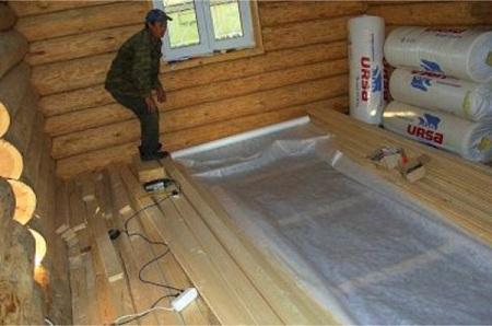 grindų montavimas ant rąstų