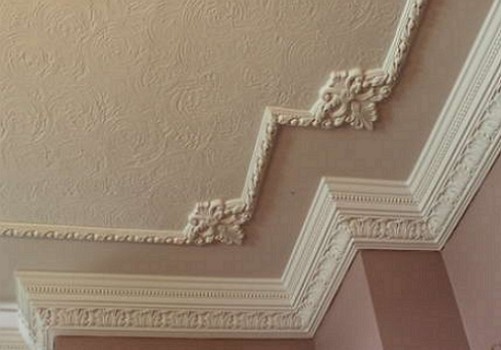 Дизайн потолков плинтусами