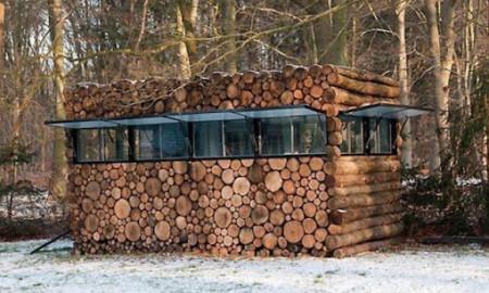 Домик из деревянных чурок