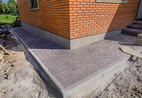 otmostka_iz_trotuarnoj_plitki12
