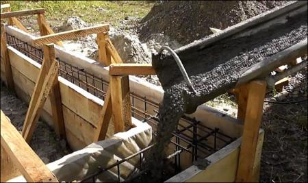 Заливка бетона в фундамент.