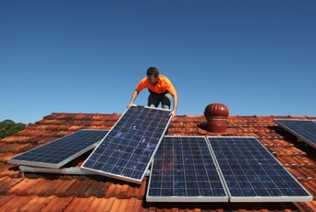 pemasangan pemanas tenaga surya.