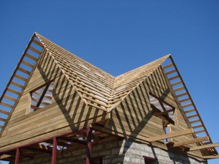 caractéristiques du toit avec la vallée.