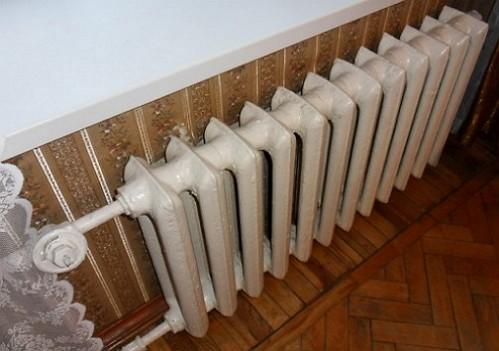 ici-est-le-soviet-radiateur-avant-emballage-it-dans-un-bouclier-décoratif