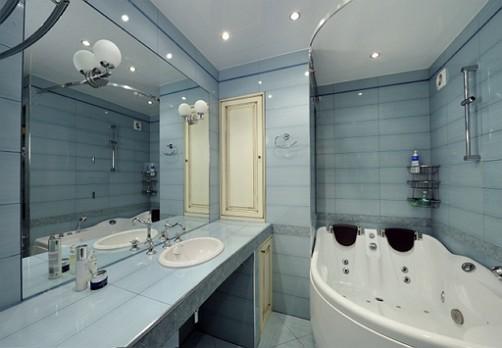 spiegel-Wand-im-Badezimmer