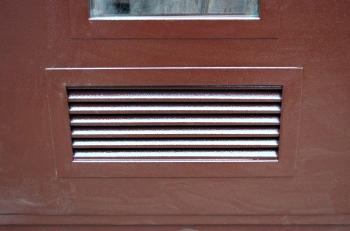 входные-металлические-двери-с-ventilyatsionnoy-reshetkoy