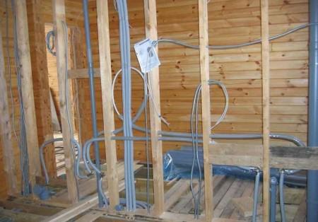 1379095529_skrunaja-provodka-elektriki-derevjan-dom