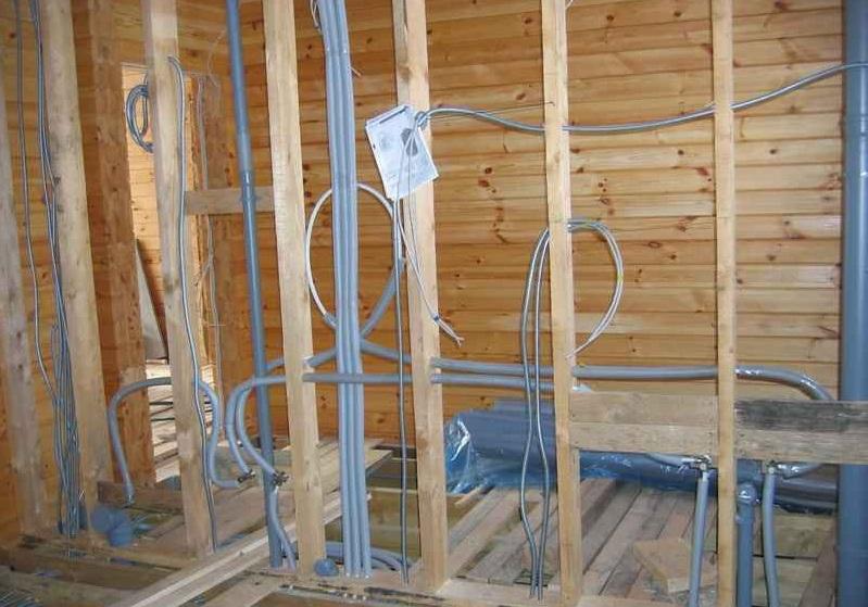 прокладка кабеля в металлических трубах в деревянном доме