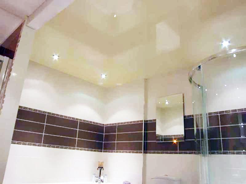 Натяжные-потолки-в-ванной