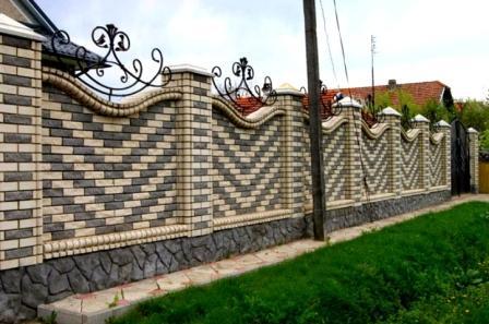 Dekorativnyj-zabor-iz-kirpicha-i-kovki