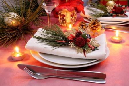 क्रिसमस और नए साल के लिए सजाया नैपकिन's table