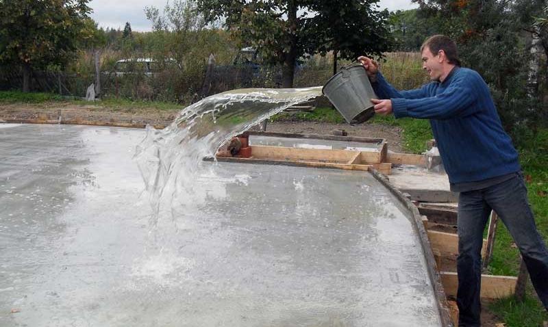 naglyadnyy-primer-togo-zachem-polivat-beton-vodoy - tak-vy-emu-daete-pravilno-zatverdet
