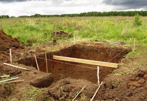 kotlovan-na-uchastke-pod-stroitelstvo-pogreba-600x370