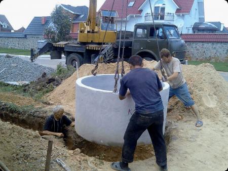vygrebnaya-yama-iz-betonnyx-kolec-5-450x338