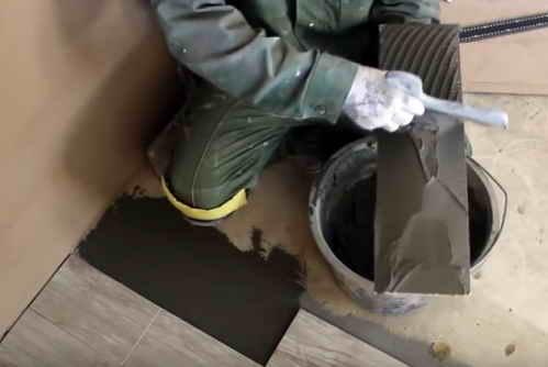 Нанесення-клею-на-плитку-600x334